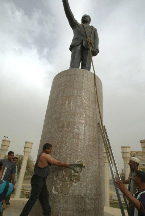 Khadim Sharif al-Jabouri a destruir a estatua de Saddam Hussein em Bagdad com uma marreta